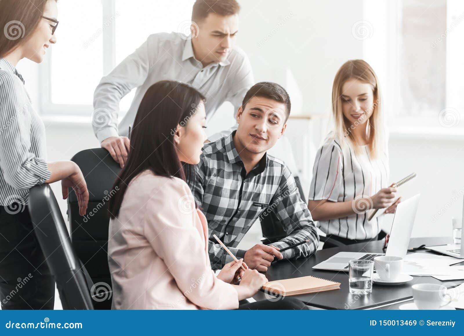 Jongeren die commerciële vergadering in bureau hebben