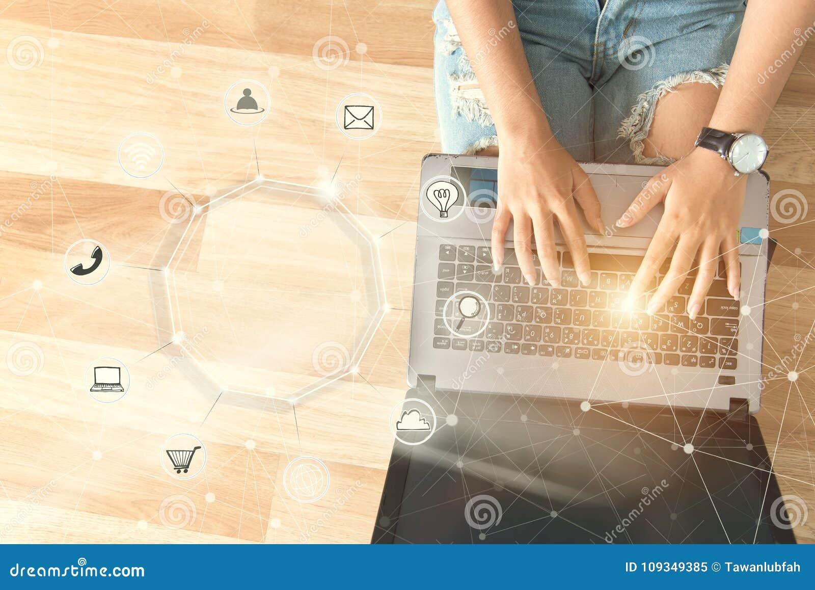 Jongeren die computerbetalingen het online winkelen en pictogramcu gebruiken