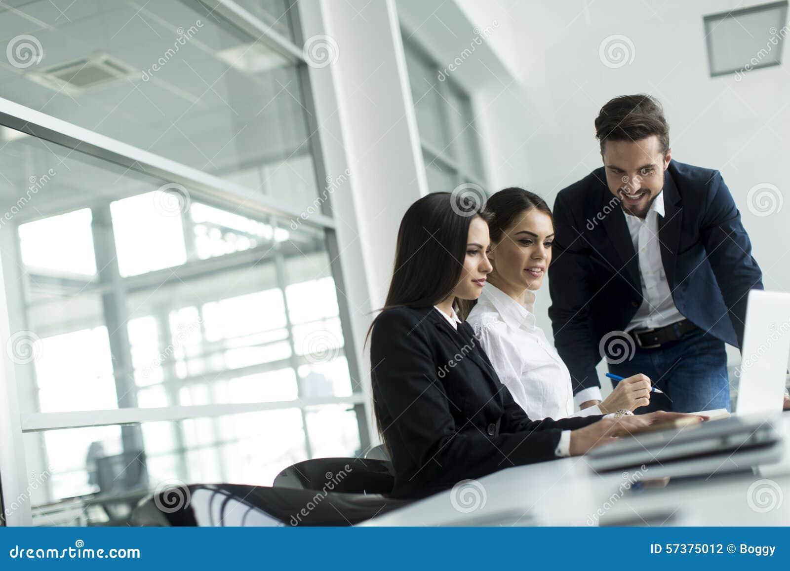Jongeren die in het bureau werken