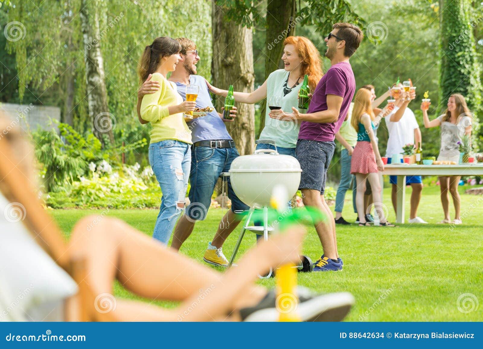 Jongeren die in tuin roosteren