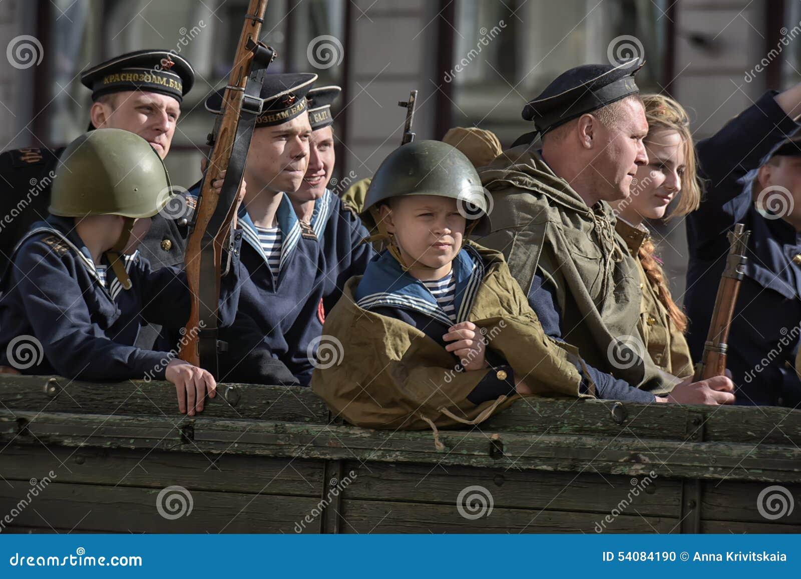 Jongeren in het uniform van de Tweede Wereldoorlog