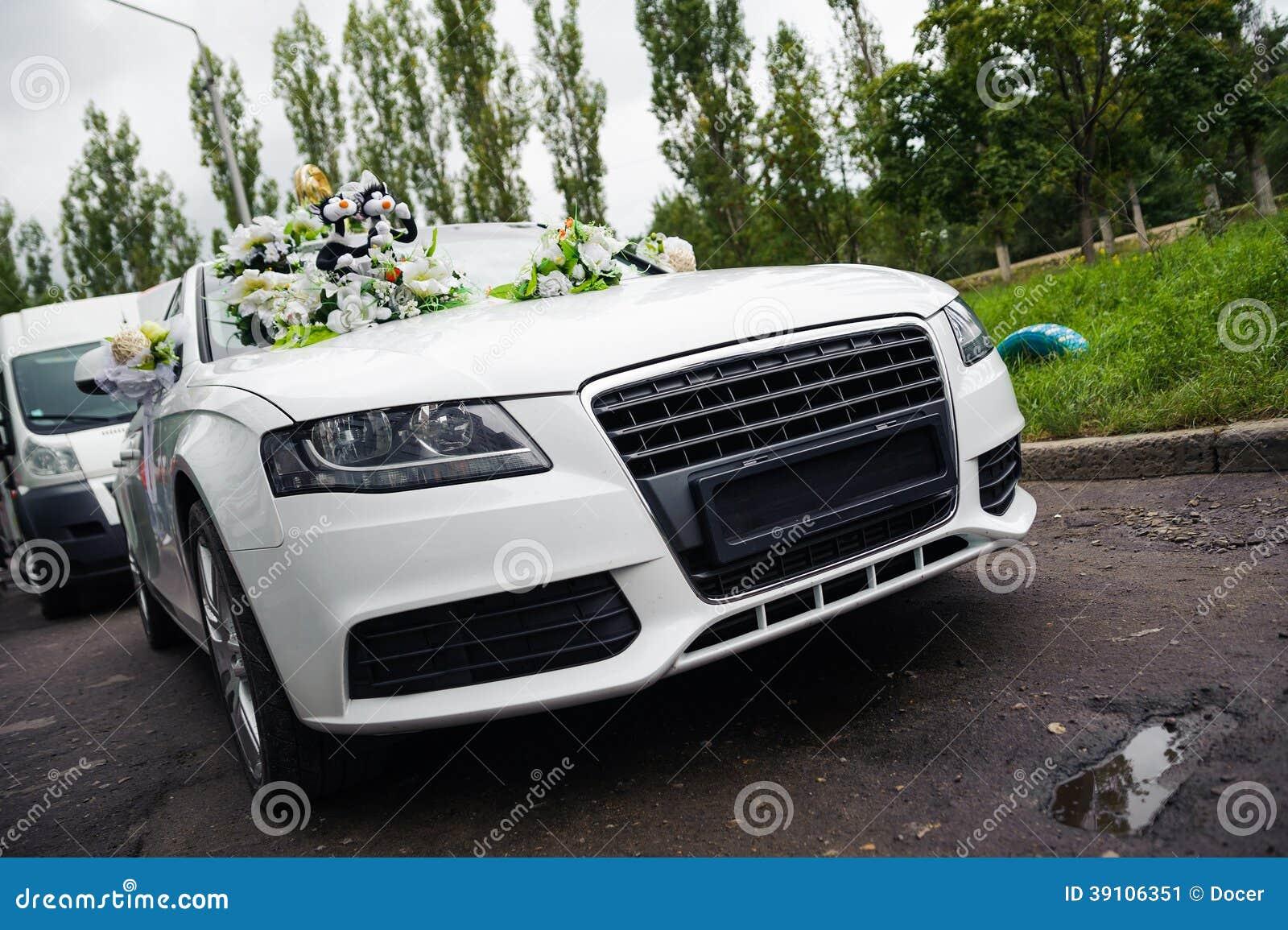 Jonggehuwden die in de witte auto van het decorhuwelijk reizen
