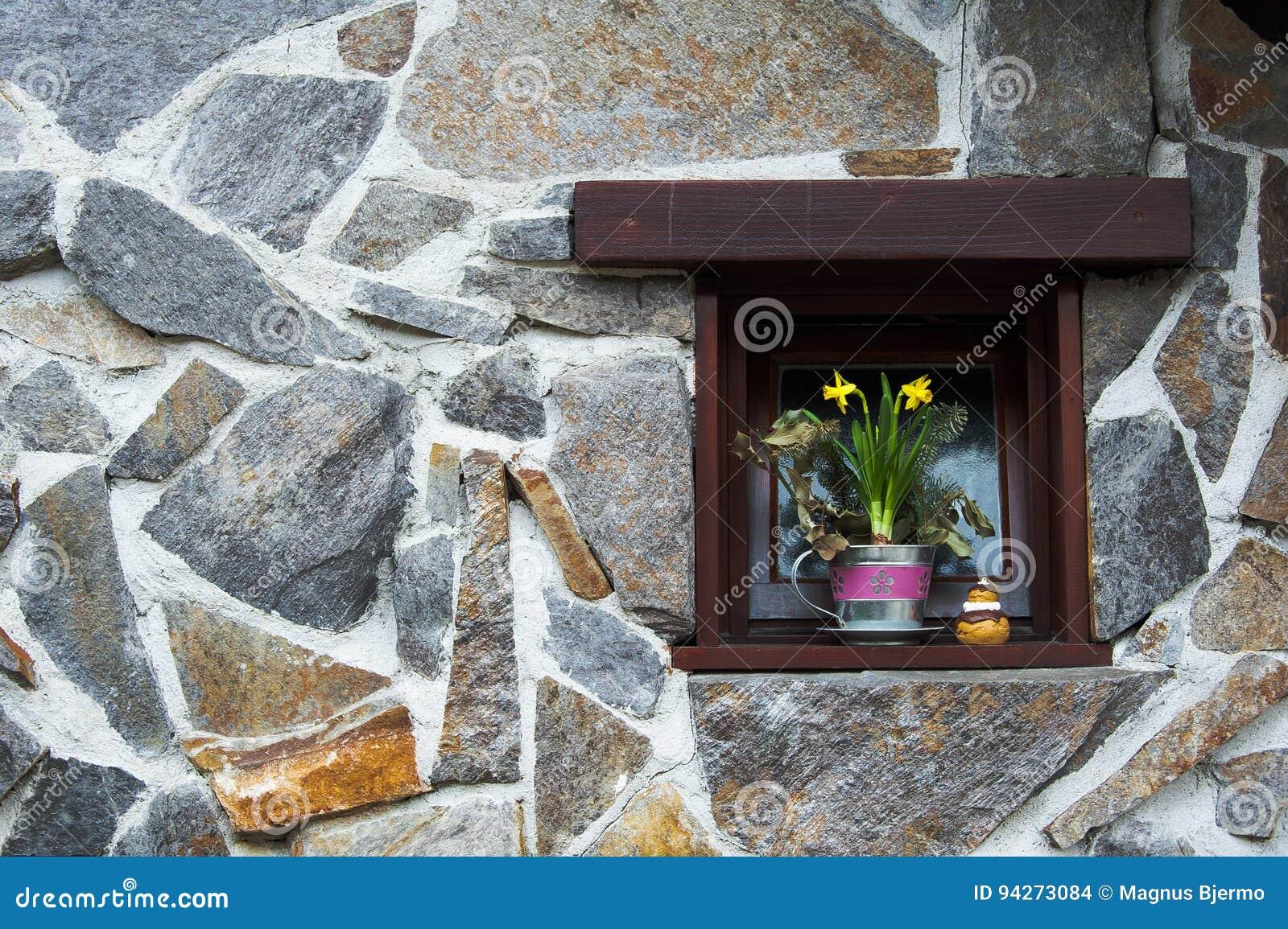 Jonquilles dans le pot de fleur sur le rebord de fenêtre dans la petite fenêtre enfoncée