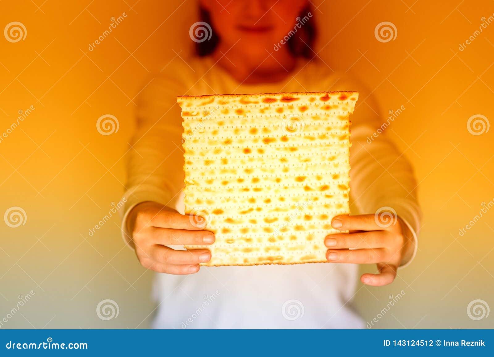 Joodse meisjesholding matzah voor Pascha