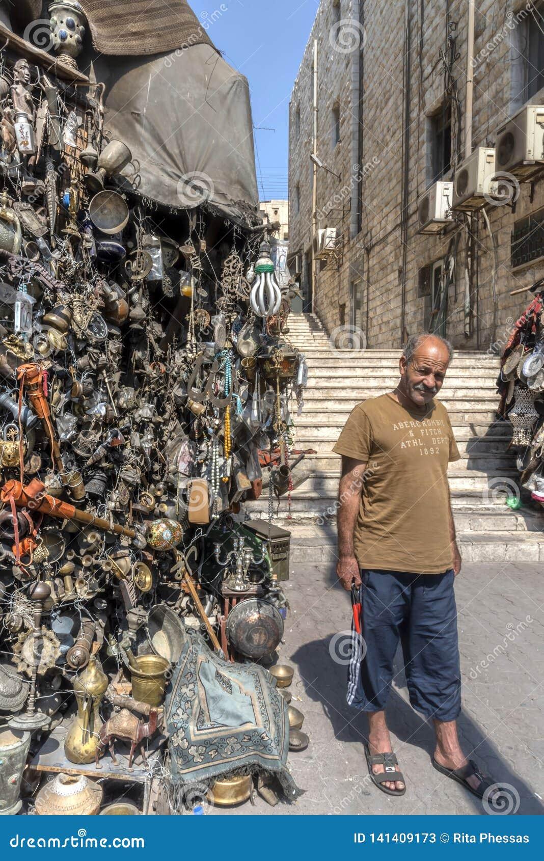 Jordânia, Amman 19-09-2017 Ideia da tenda do mercado em uma rua movimentada em Amman, em um dia quente ensolarado Milhares de cai
