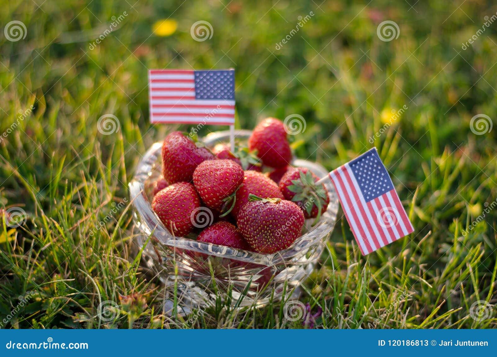 Jordgubbar i en bunke med amerikanska flaggan