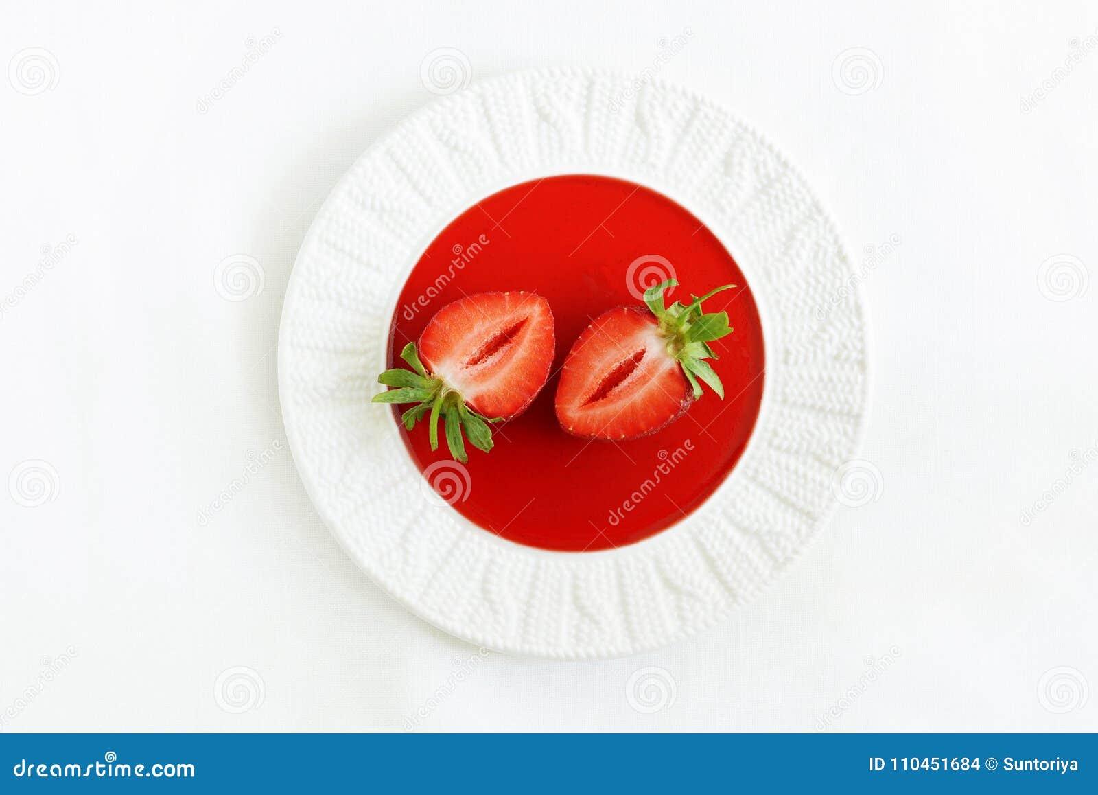 Jordgubbedriftstopp på en platta med nya jordgubbar i en hög tangent Jordgubbejujube Sommarefterrätt