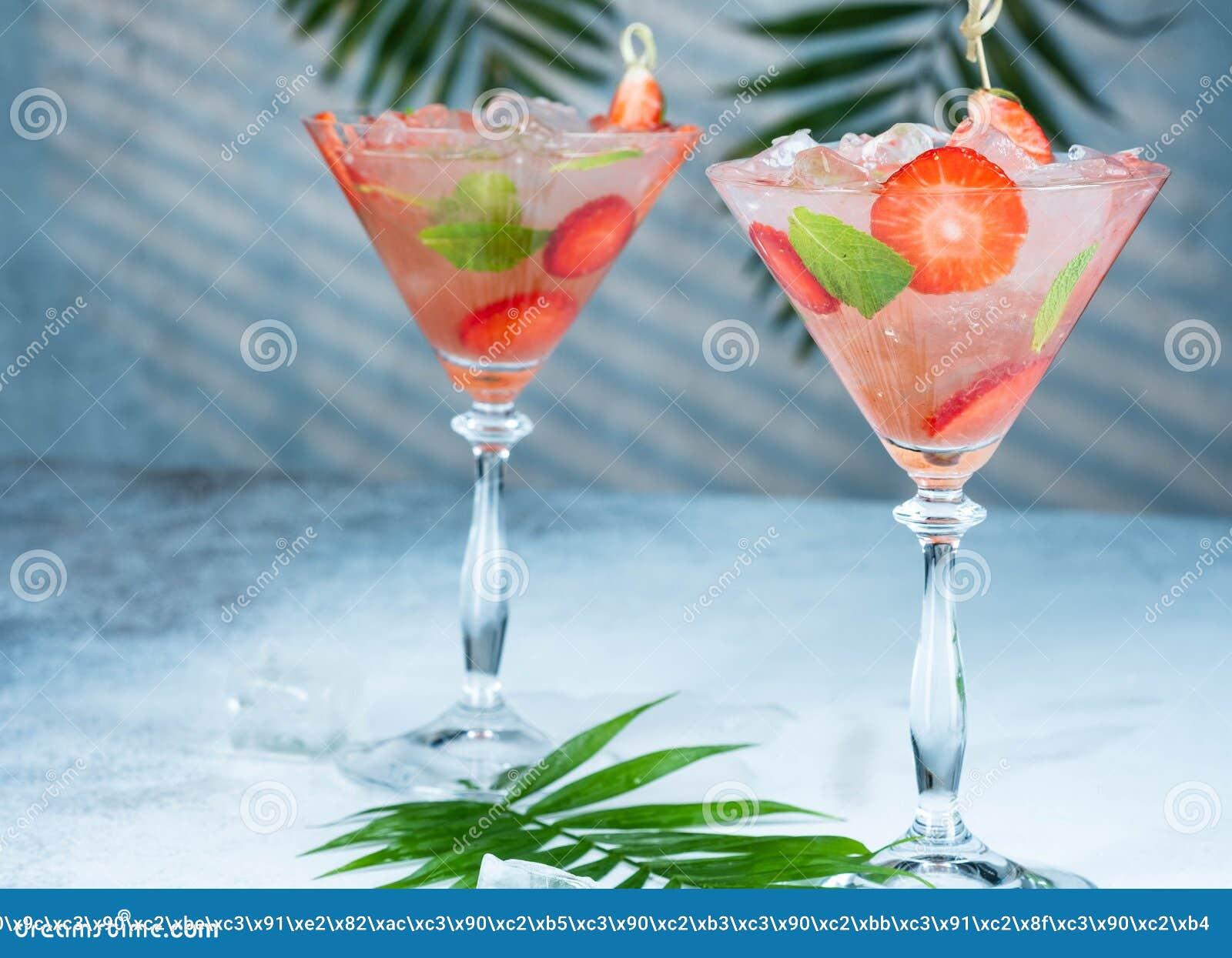 Jordgubbelemonad eller alkoholistcoctail med sidor f?r f?r issirapsodavatten och mintkaramell p? st?ngtabellen
