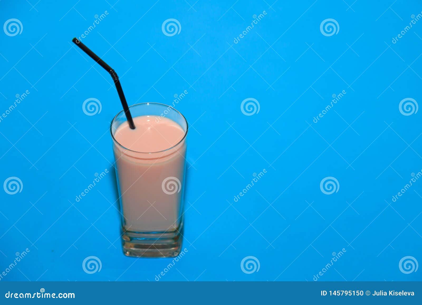 Jordgubbemilkshake p? en bl? bakgrund