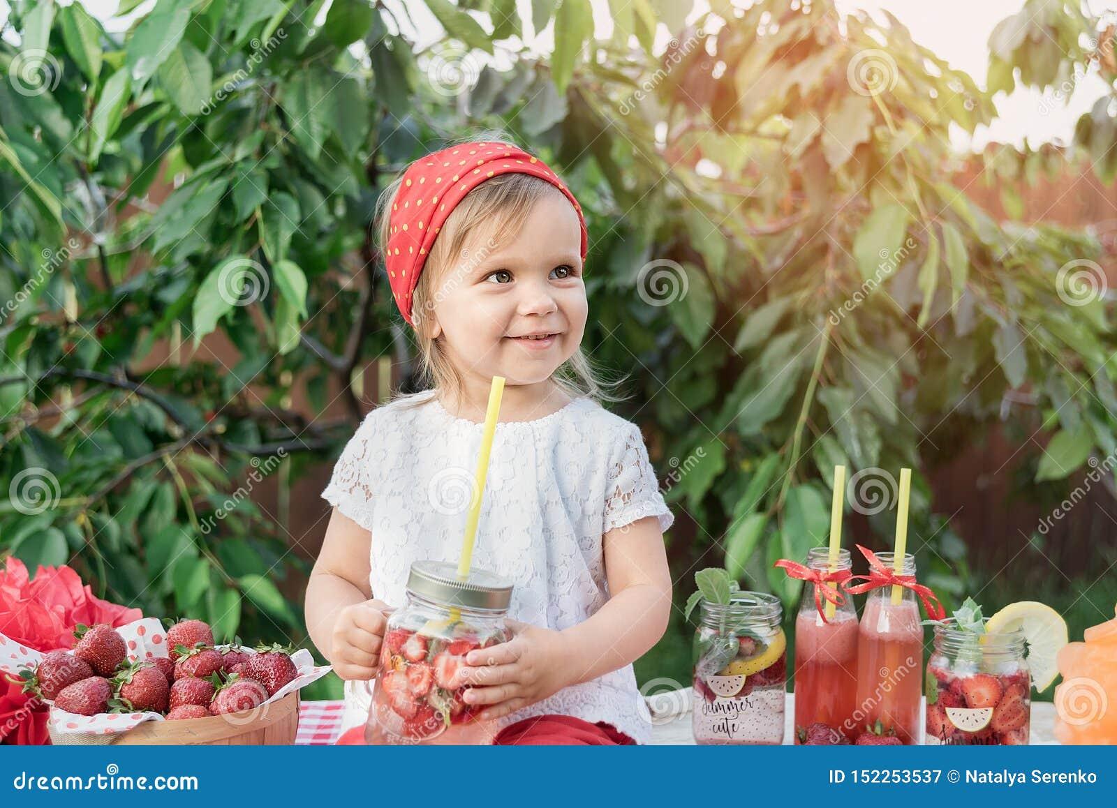 Jordgubben och mintkaramellen ingav detoxvatten jordgubbelemonad med is och mintkaramellen som den förnyande drinken för sommar i