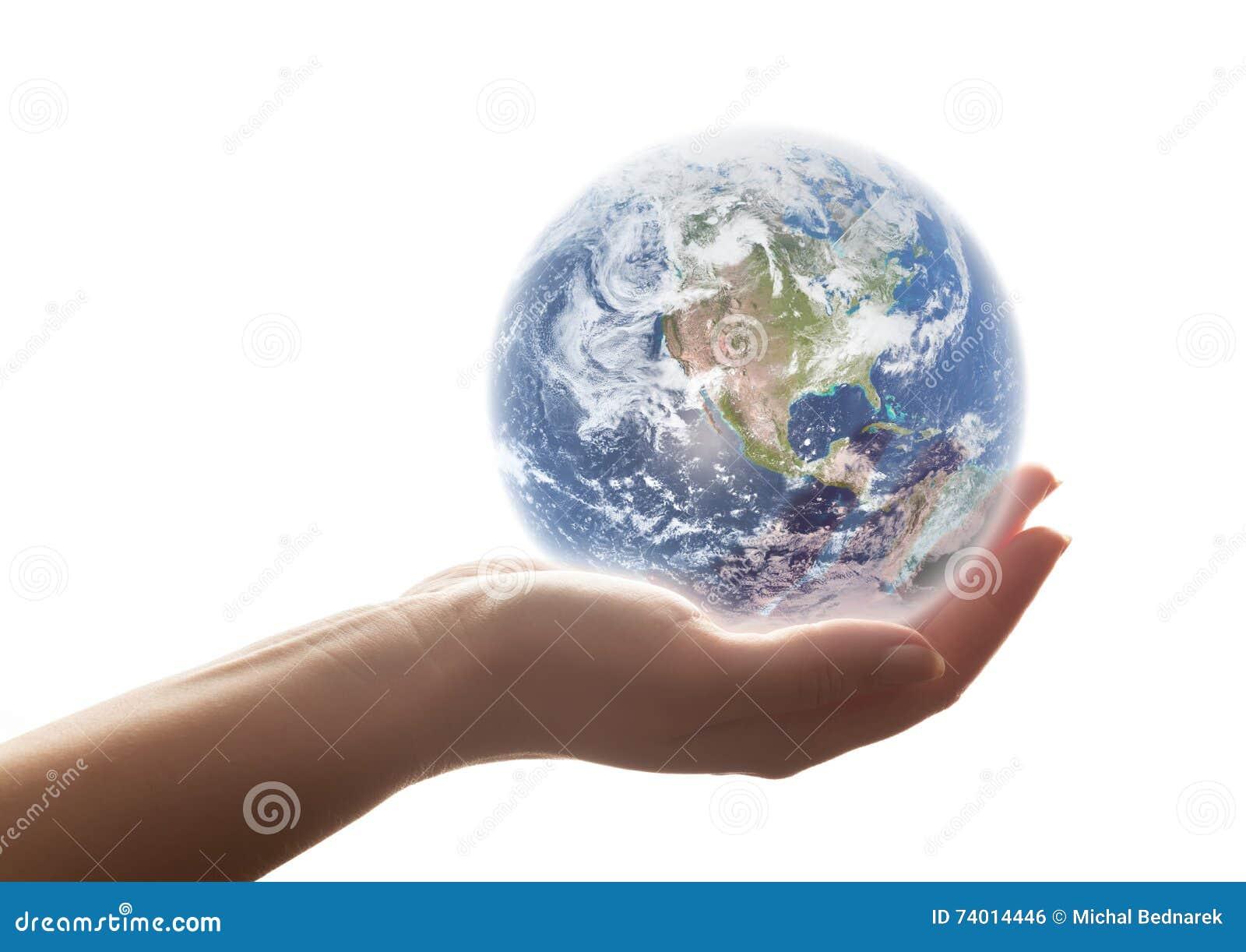 Jordskenen i kvinnas hand Begrepp av räddningen världen, miljön etc.
