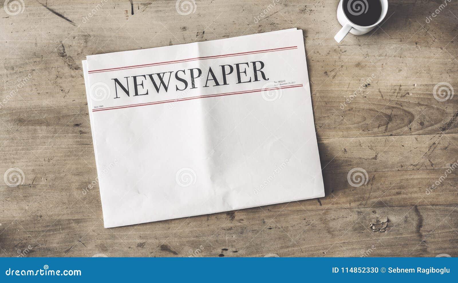 Jornal e café no fundo de madeira