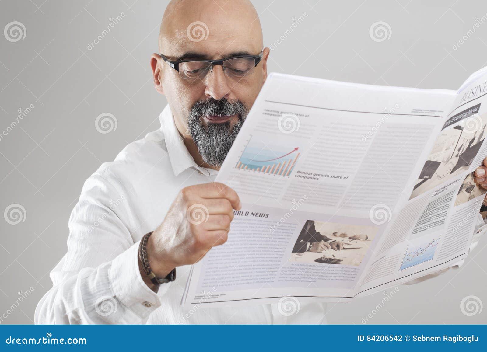 Jornal envelhecido médio da leitura do homem