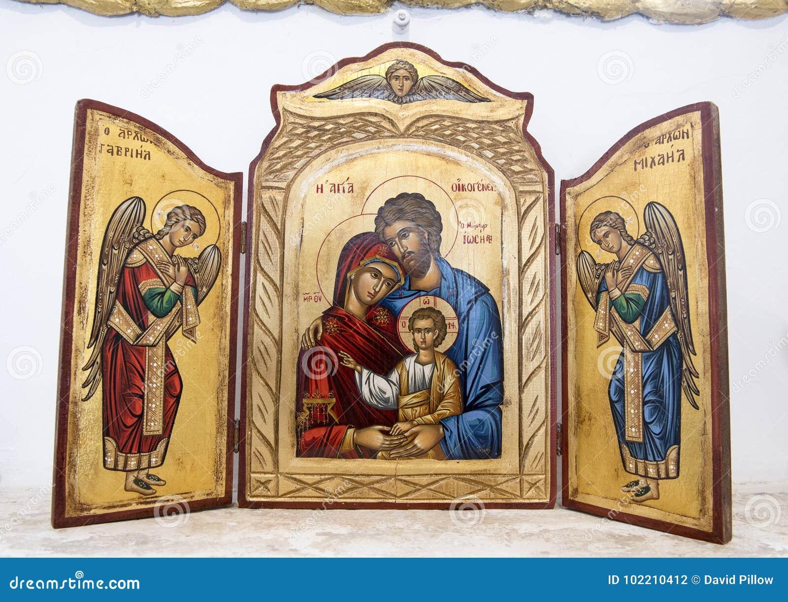 Joseph, Mary en kind met Aartsengels op altaar in kleine kerk in Masseria IL Frantoio, Zuidelijk Italië