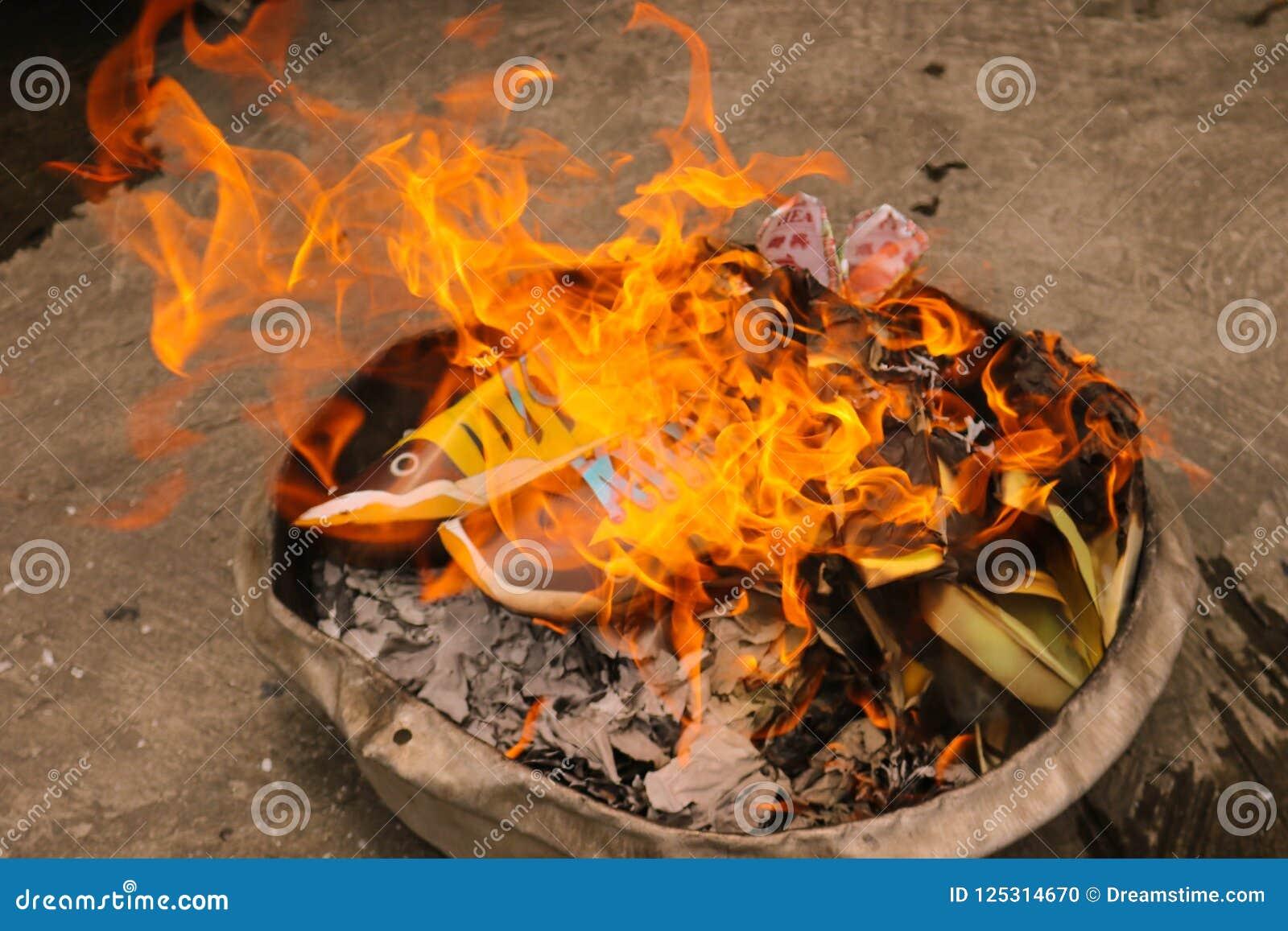 Joss document brandwond in brand in Chinees Spookfestival
