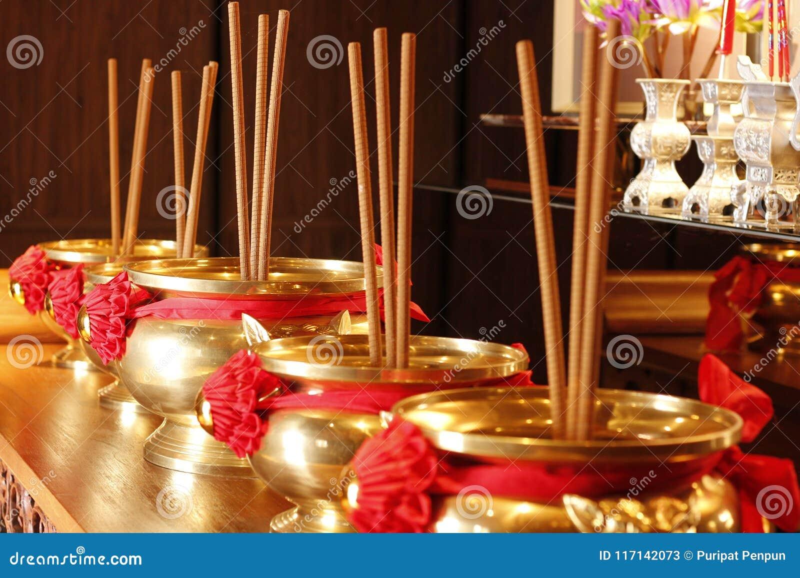 Joss Sticks de cobre amarillo en tabel