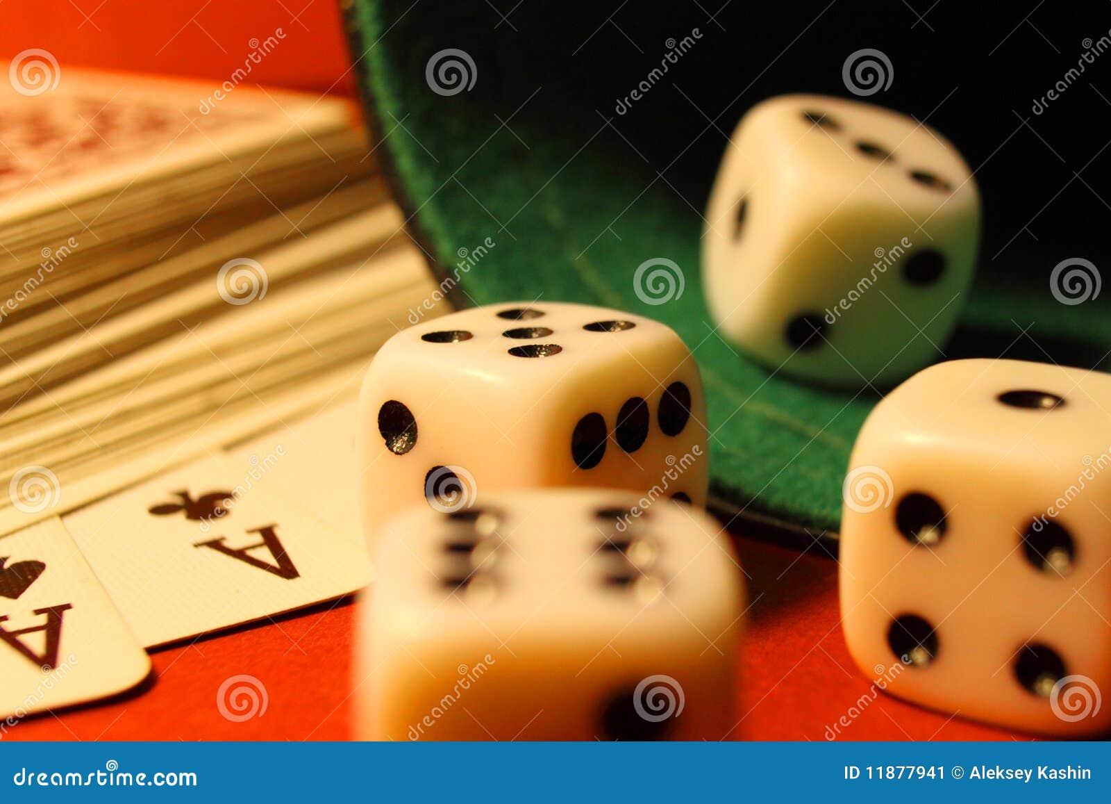 Jouer à des cubes et à des cartes