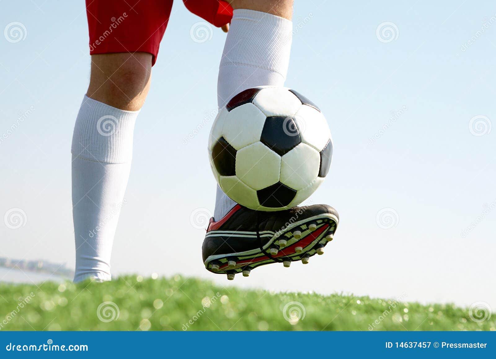 jouer au football photographie stock libre de droits image 14637457. Black Bedroom Furniture Sets. Home Design Ideas