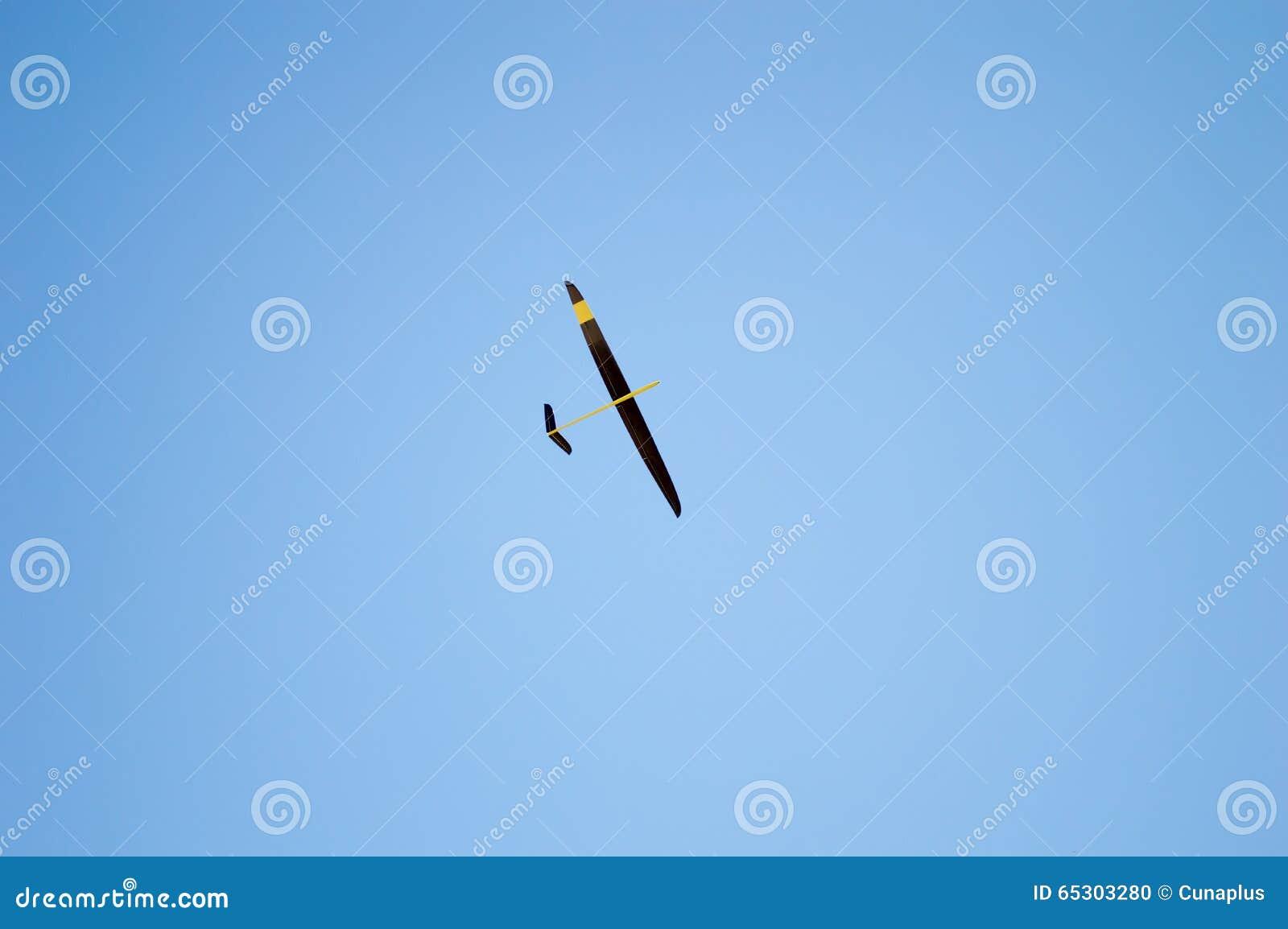 Jouer avec mon avion de jouet