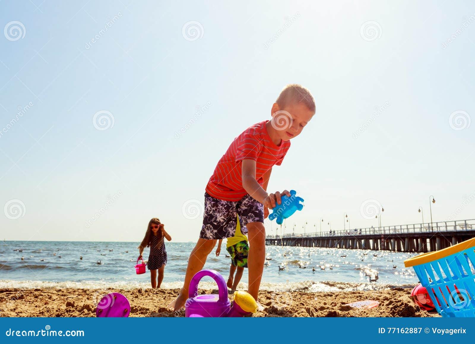 Jouer d enfants extérieur sur la plage