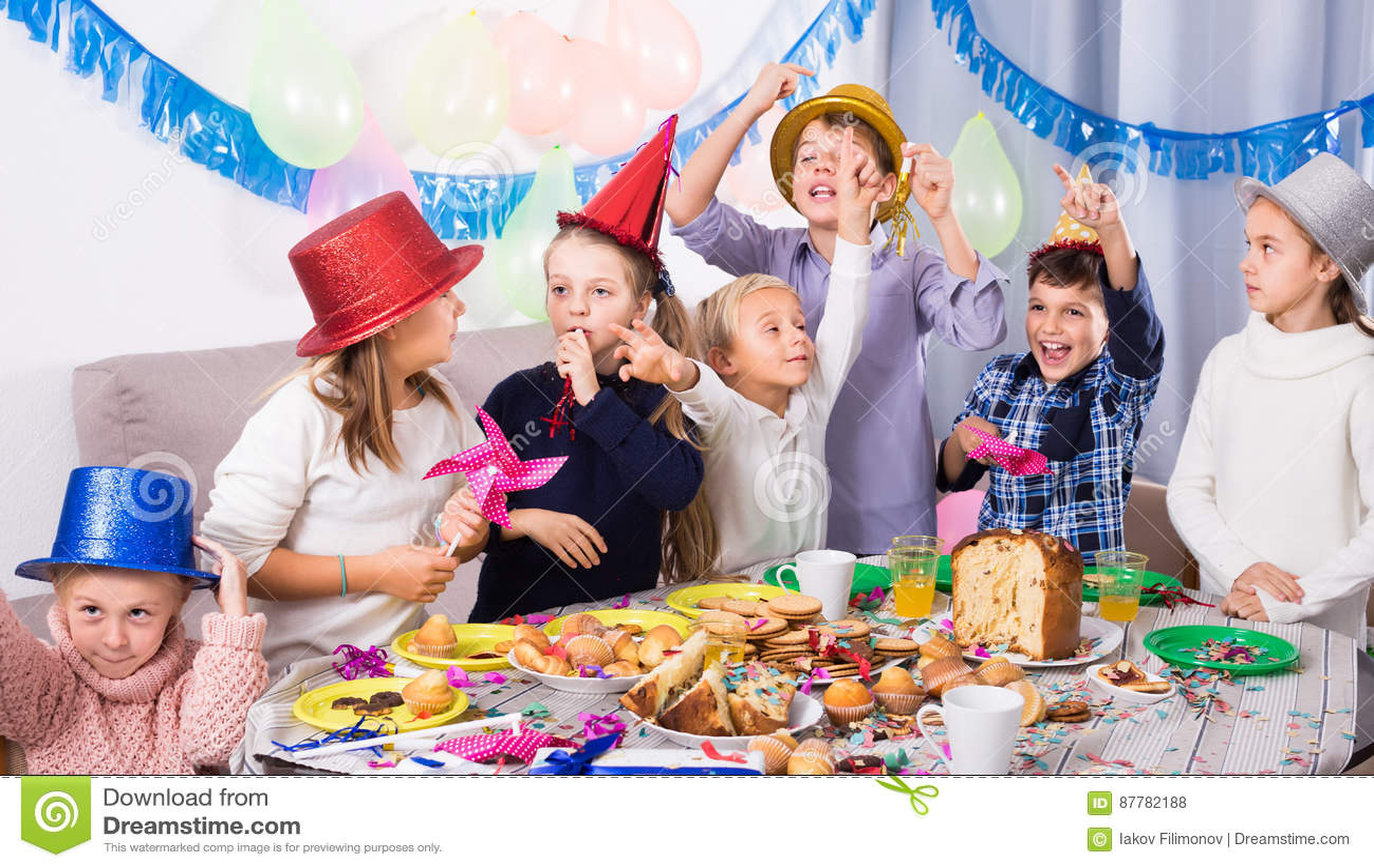 Jouer des enfants profitant d un agréable moment à une fête d anniversaire