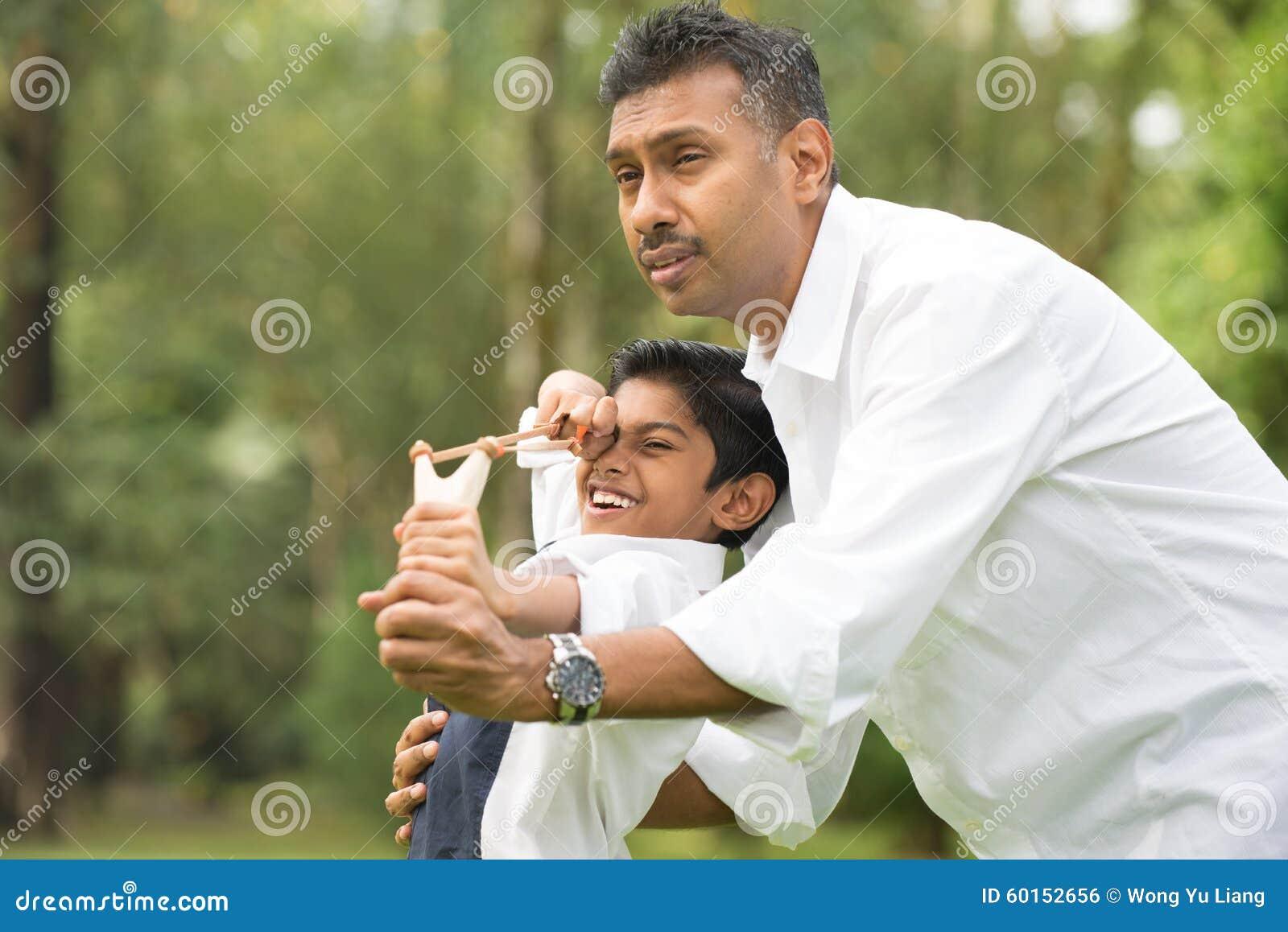 Jouer indien de père et de fils