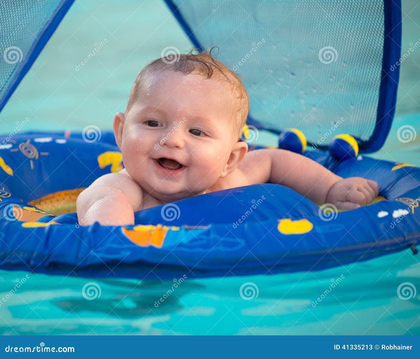 Jouer infantile heureux dans la piscine tout en se for Bebe dans piscine