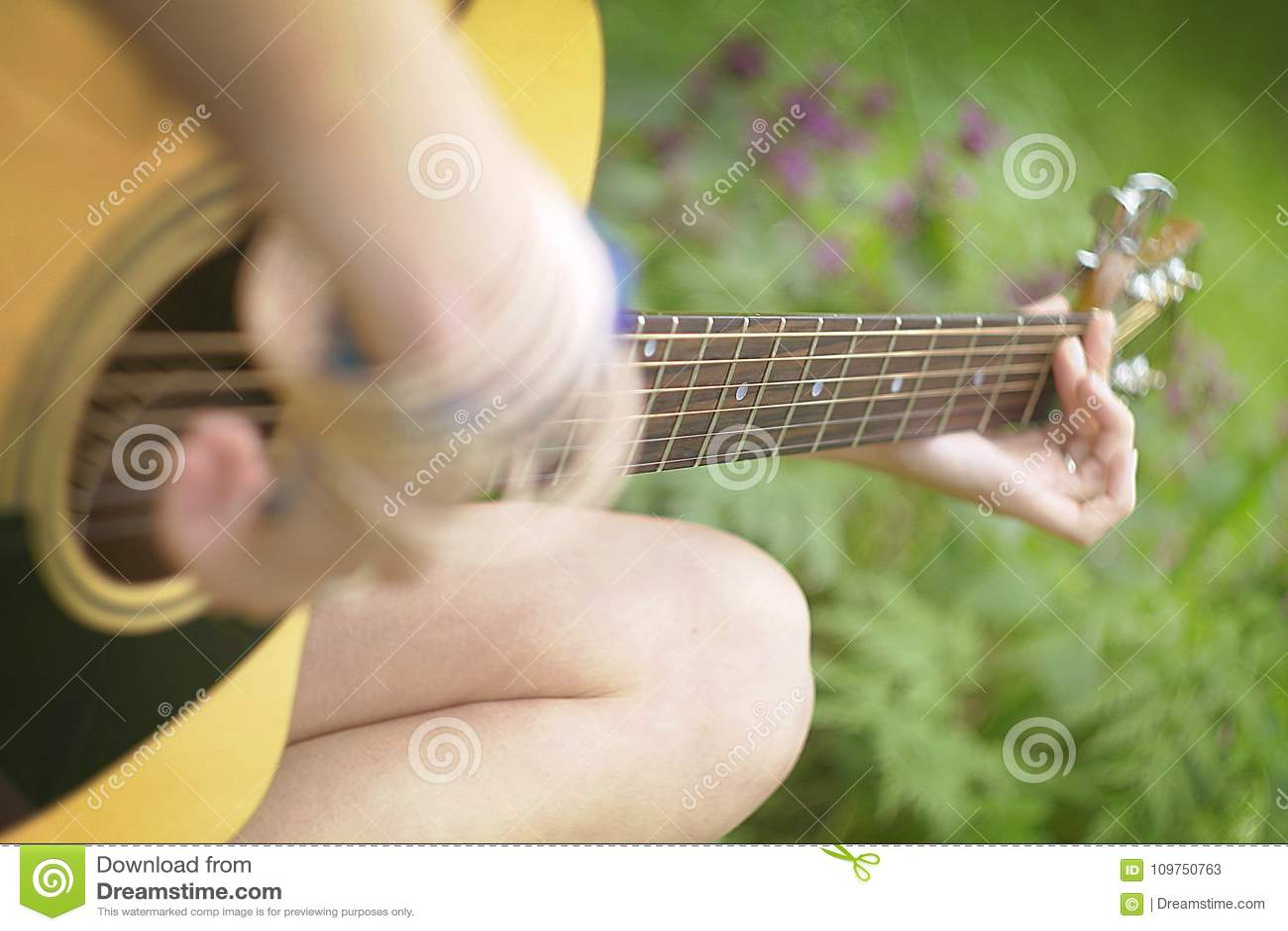 Jouer la guitare dans la forêt