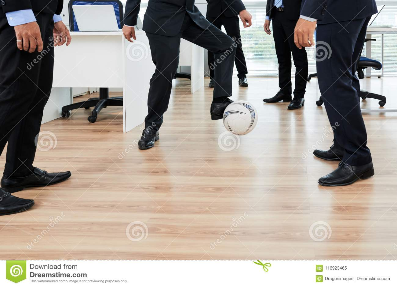 Jouer le football avec des collègues