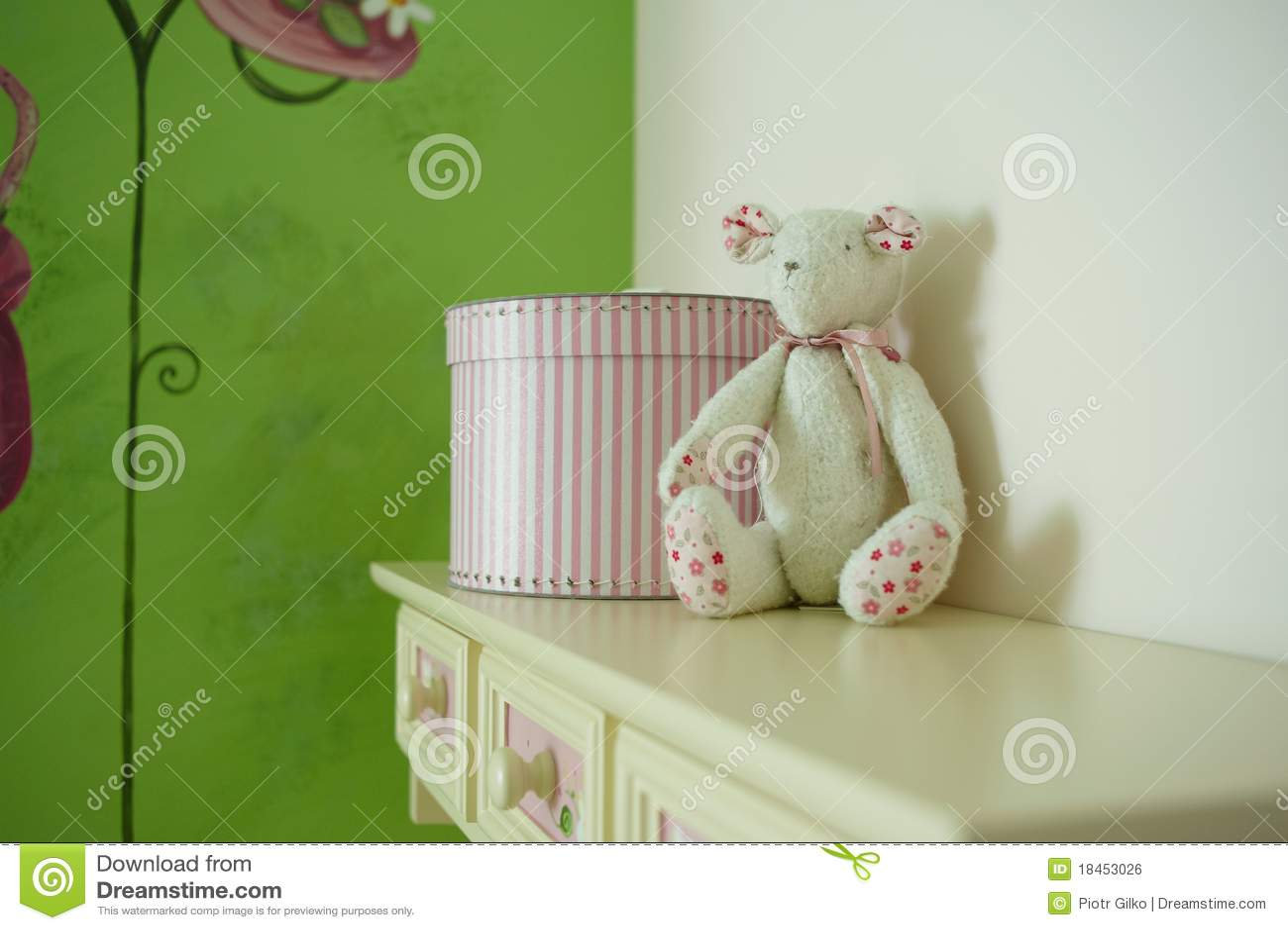 jouet d 39 ours dans la chambre d 39 enfant image libre de droits image 18453026. Black Bedroom Furniture Sets. Home Design Ideas