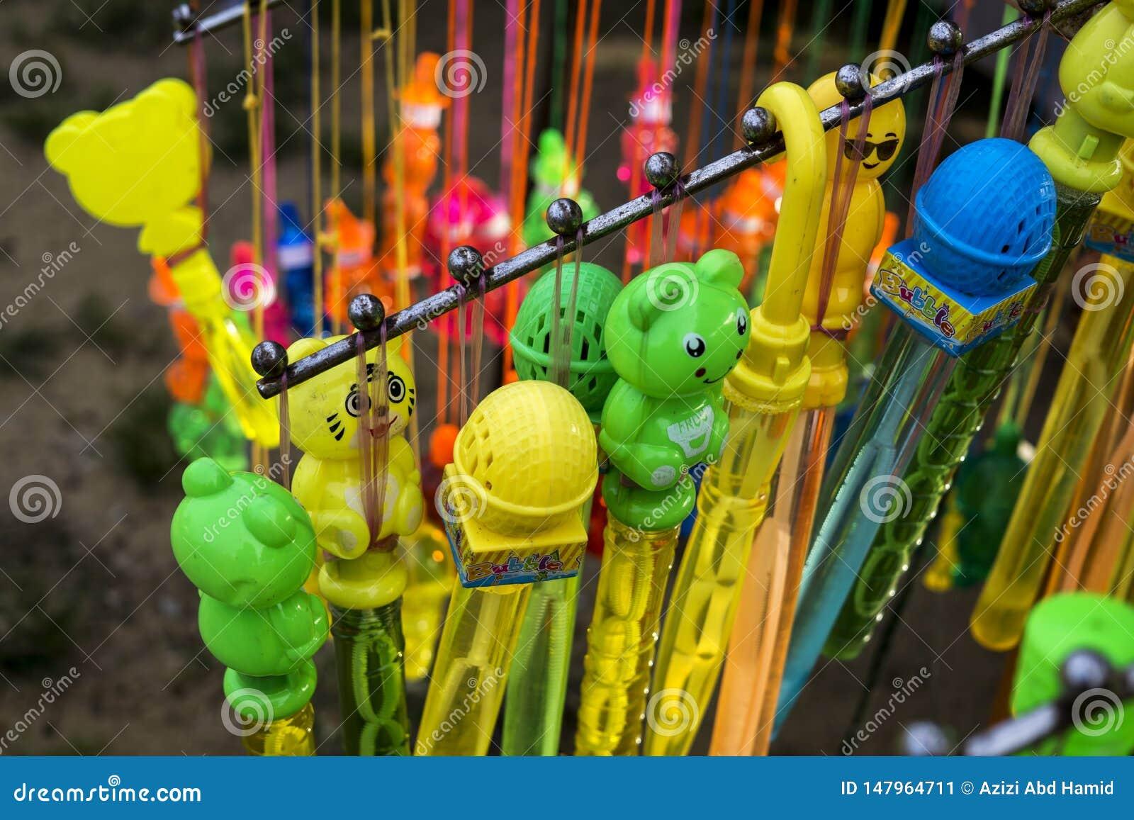 Jouets d enfants sur l affichage au marché de nuit