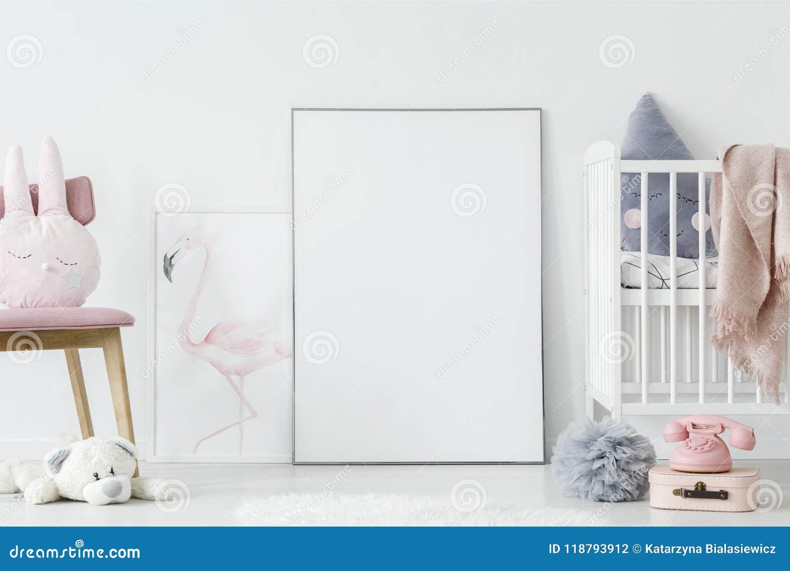 Jouets dans l intérieur de chambre à coucher du ` s d enfant avec le lit blanc à côté du PO vide