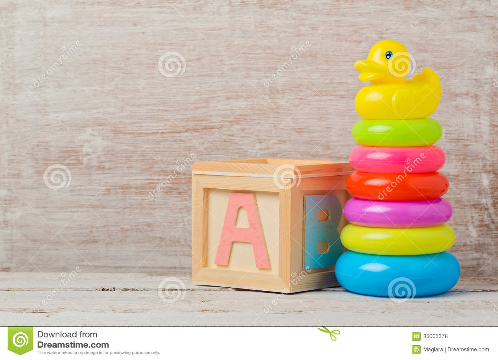 Jouets de bébé sur la table en bois Développement de l enfant