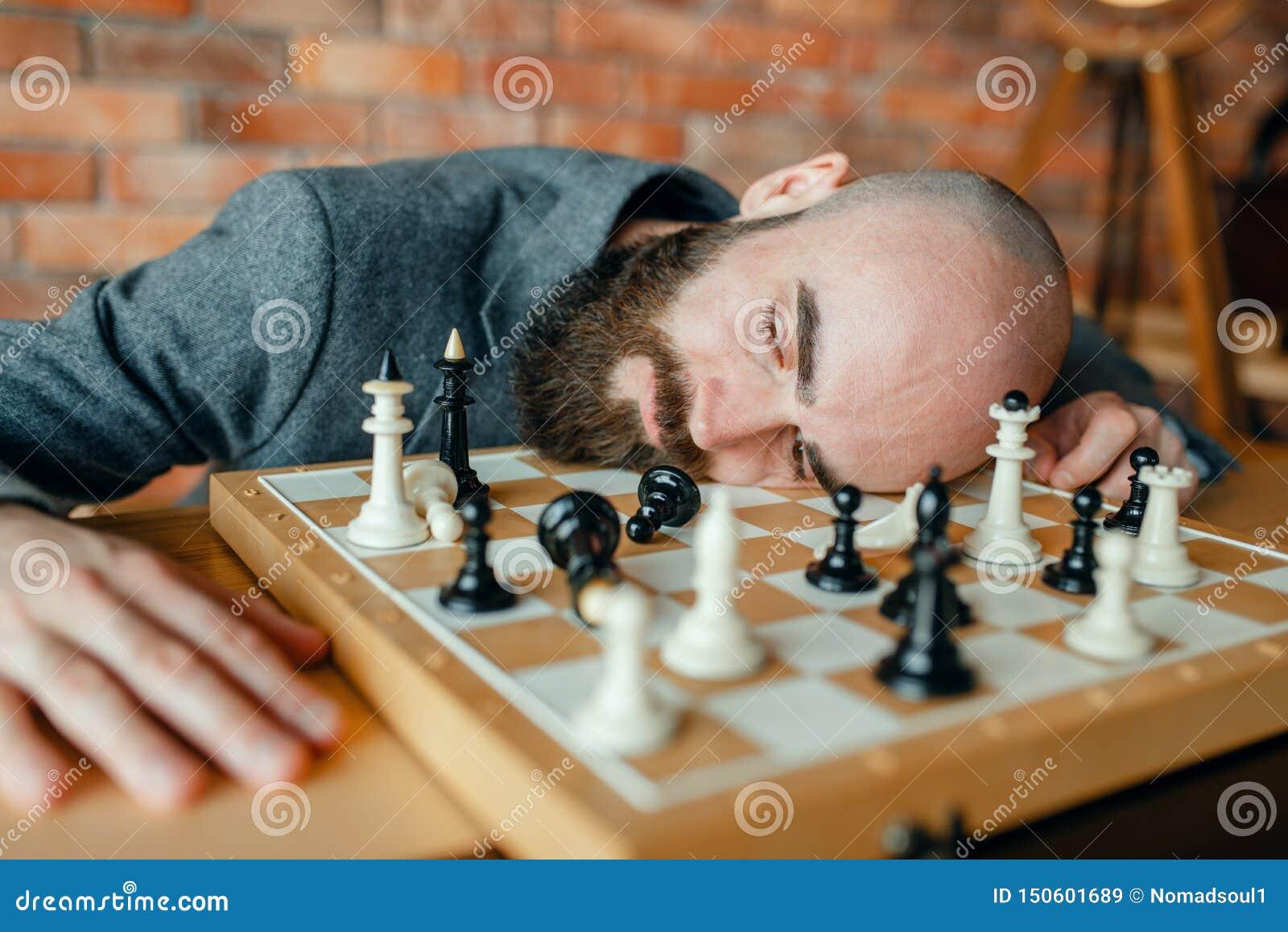 Joueur d échecs masculin fatigué dormant sur le conseil