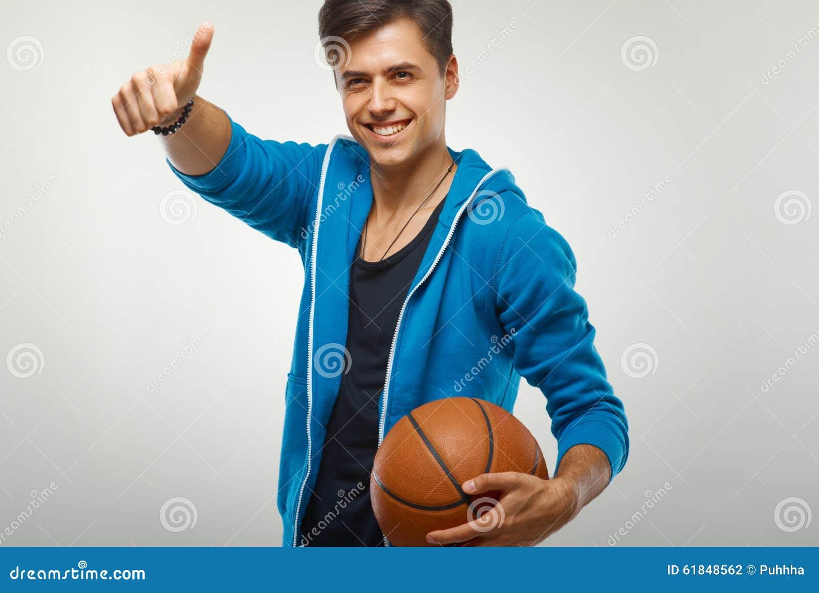 Joueur de basket avec la boule sur le fond blanc