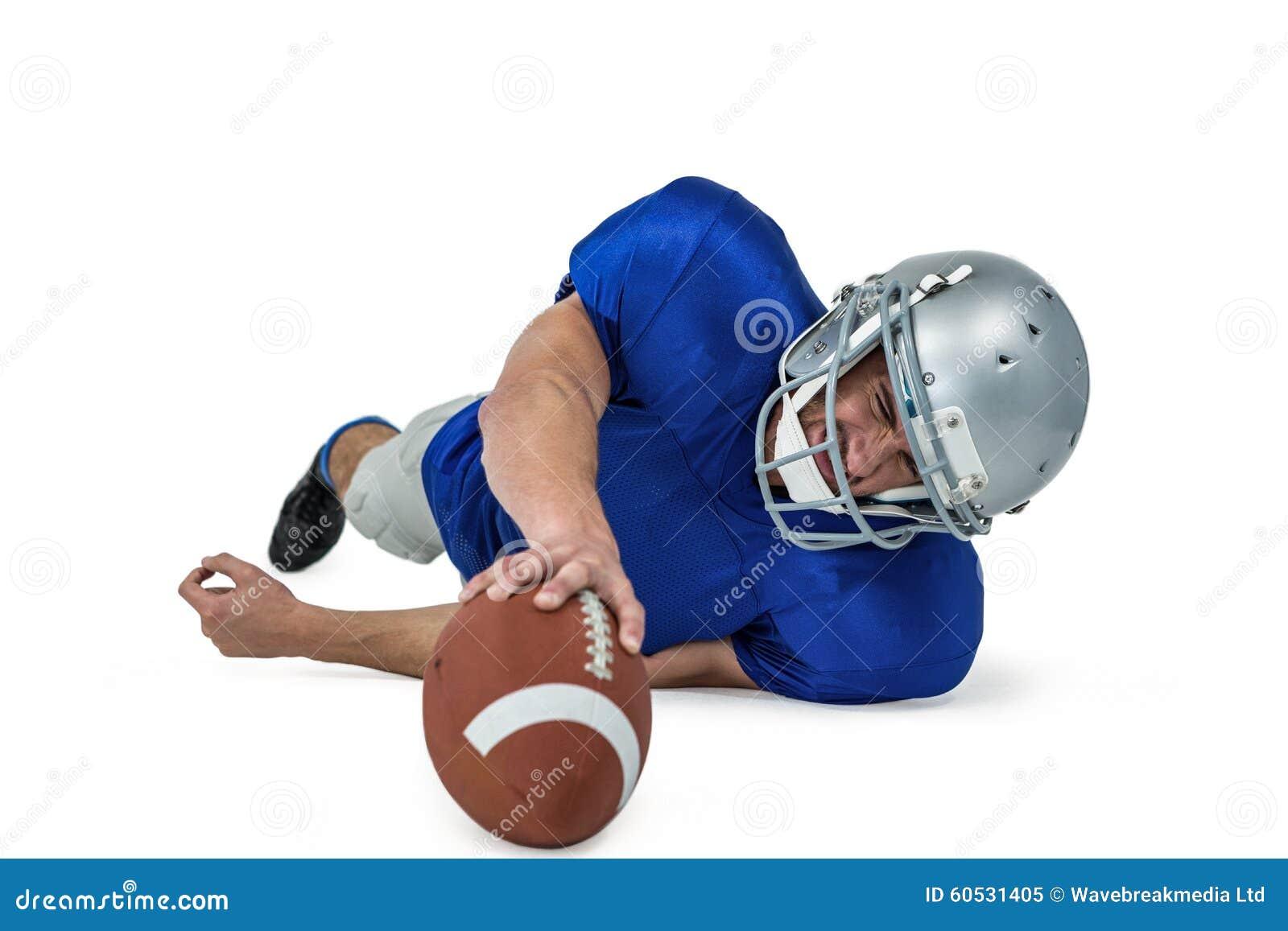 Joueur de football américain luttant pour attraper la boule