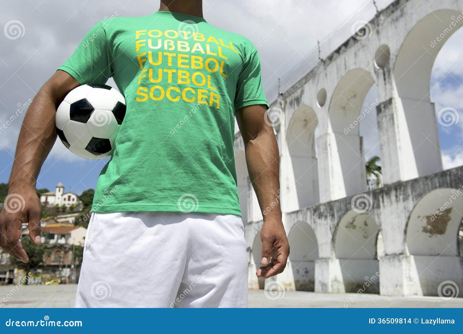 Joueur de football brésilien tenant le ballon de football Rio Lapa