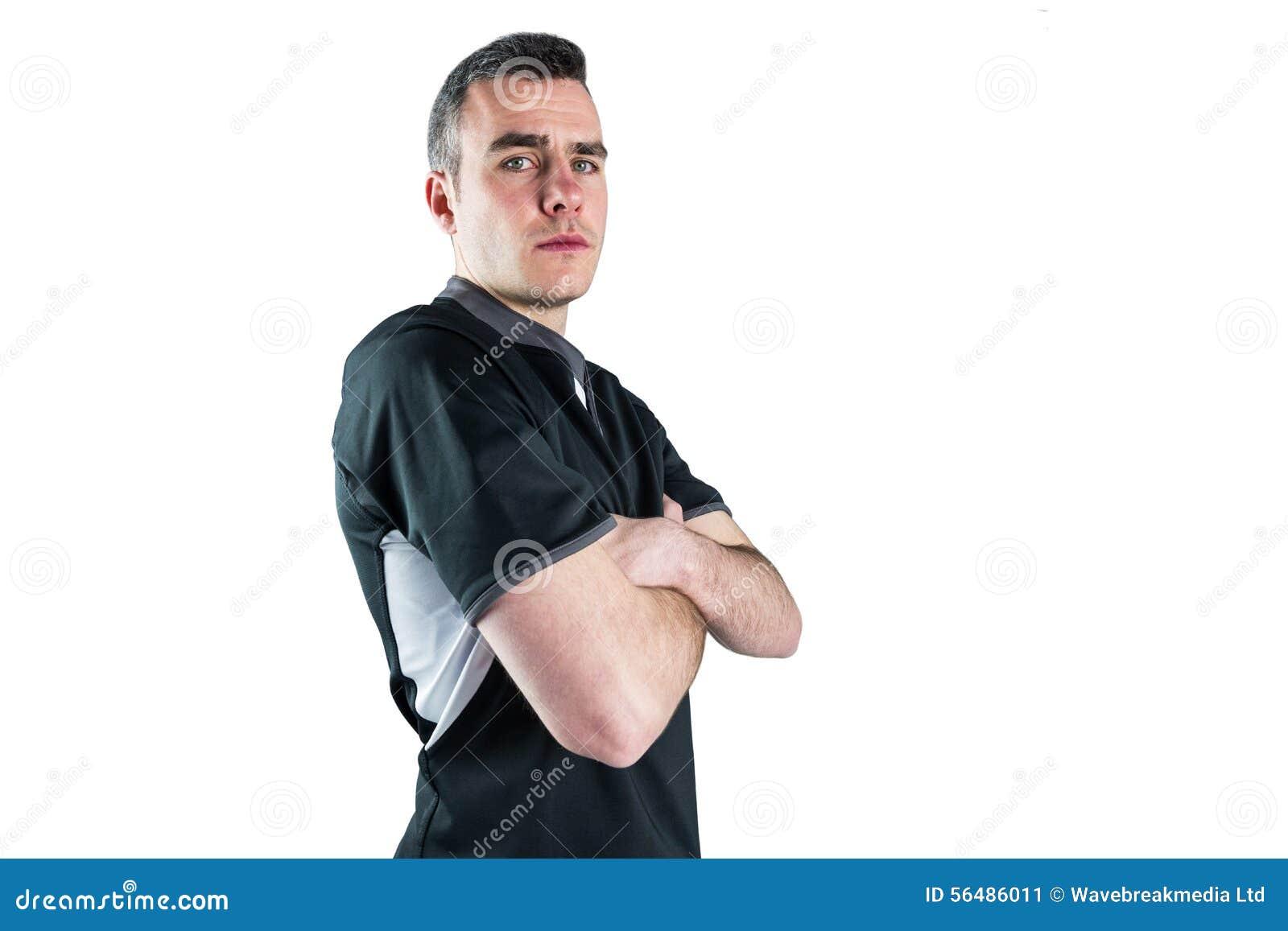 Joueur de froncement de sourcils de rugby avec des bras croisés