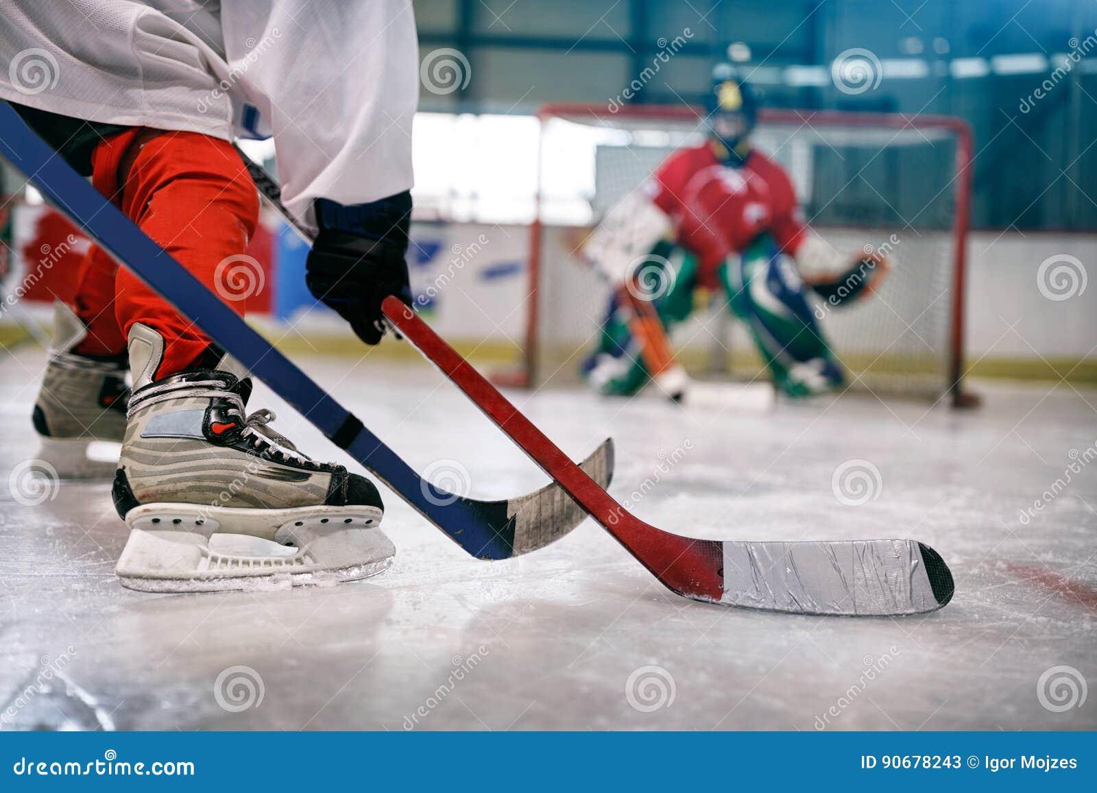 Joueur de hockey de glace dans l action donnant un coup de pied avec le bâton