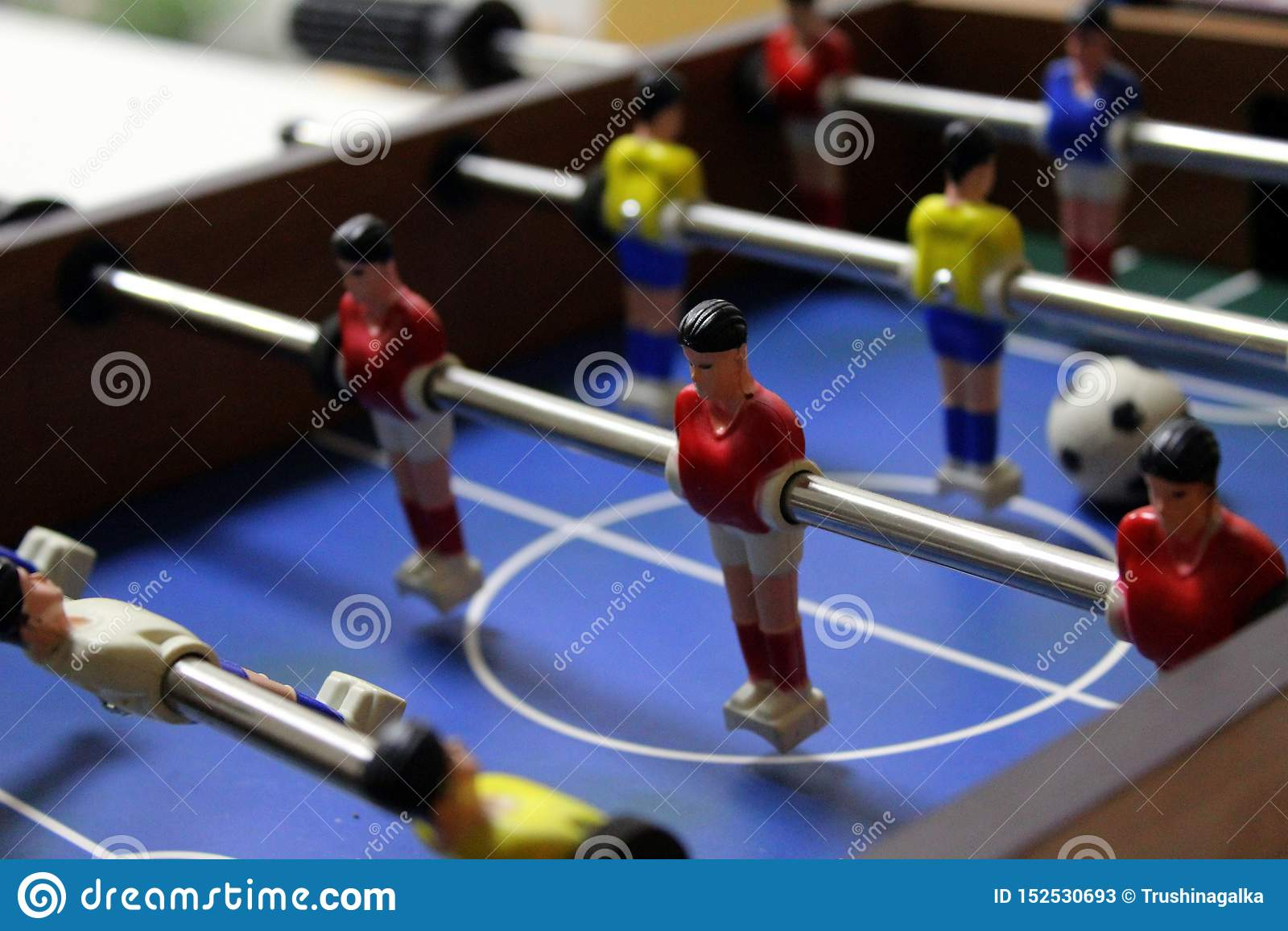 Joueur de jeu de football du football de Tableau joueurs d équipe de sports dans des T-shirts rouges et jaunes