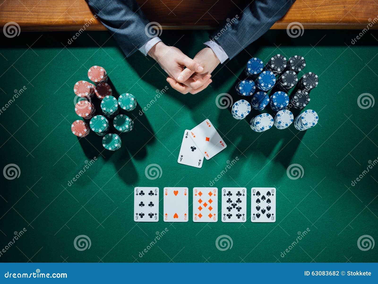Download Joueur De Poker Avec Des Cartes Et Des Puces Photo stock - Image du luxe, mains: 63083682