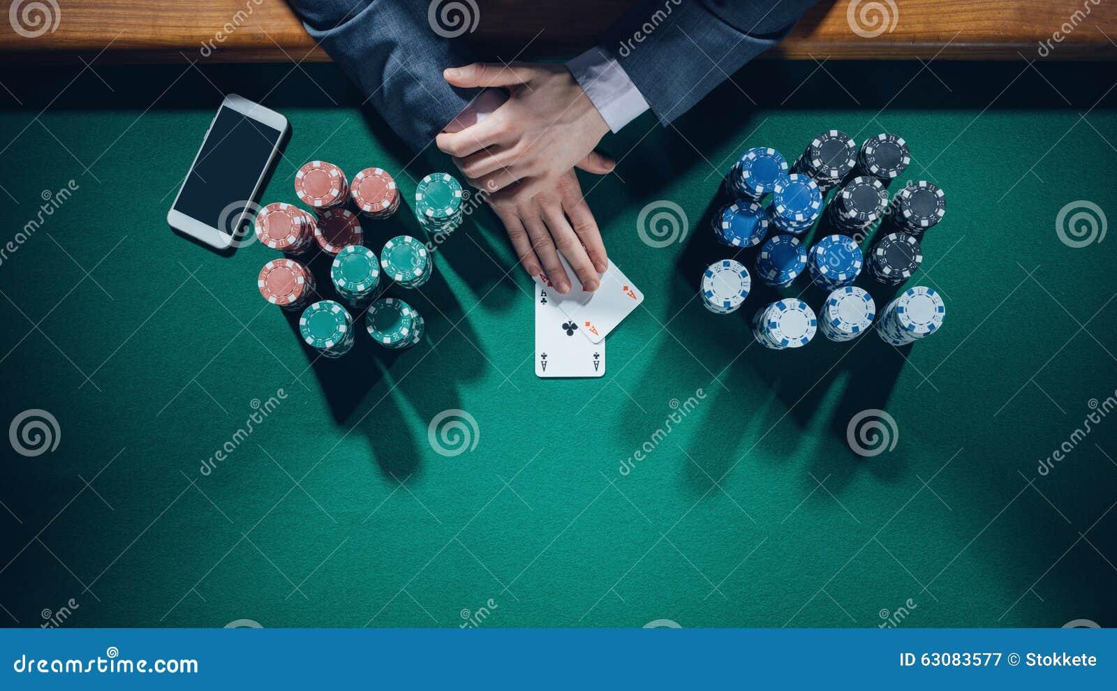 Download Joueur De Poker Avec Le Smartphone Image stock - Image du loisirs, élégant: 63083577