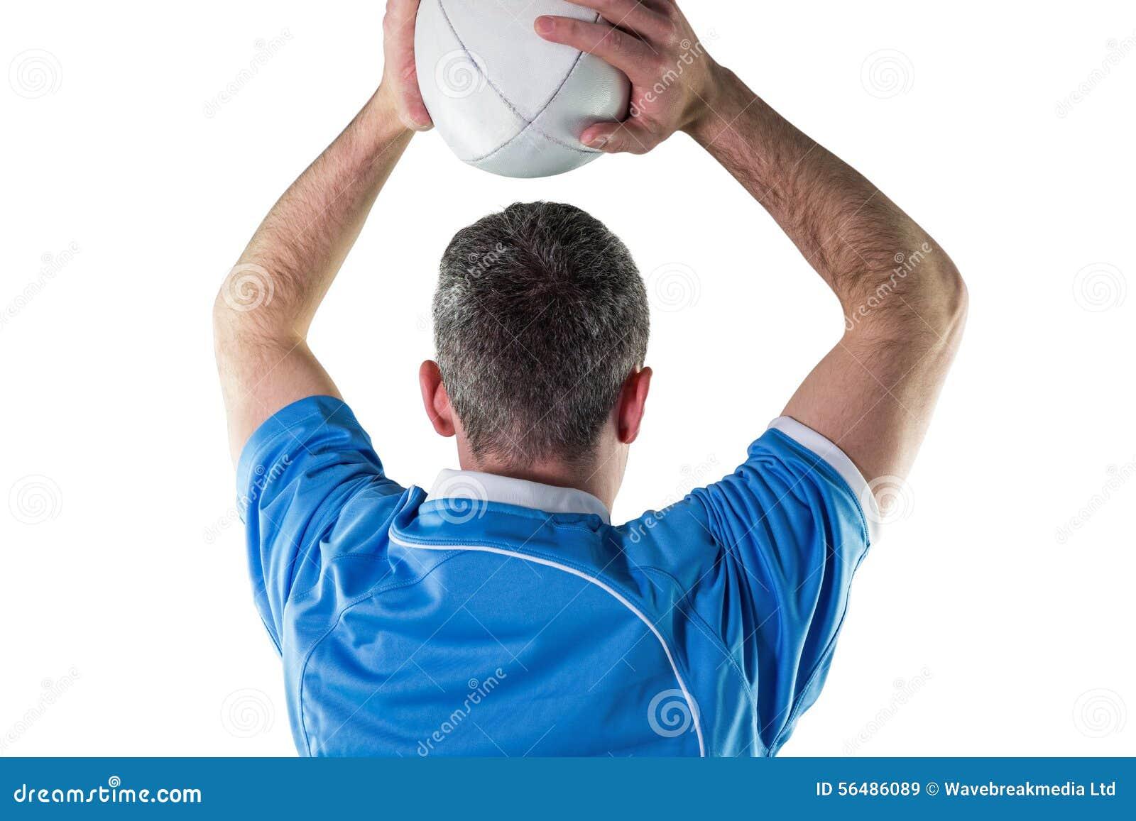 Joueur de rugby environ pour jeter une boule de rugby