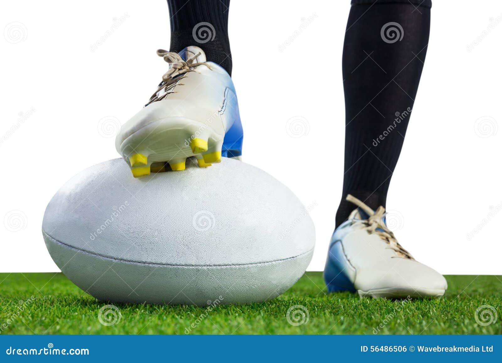 Joueur de rugby posant des pieds sur la boule