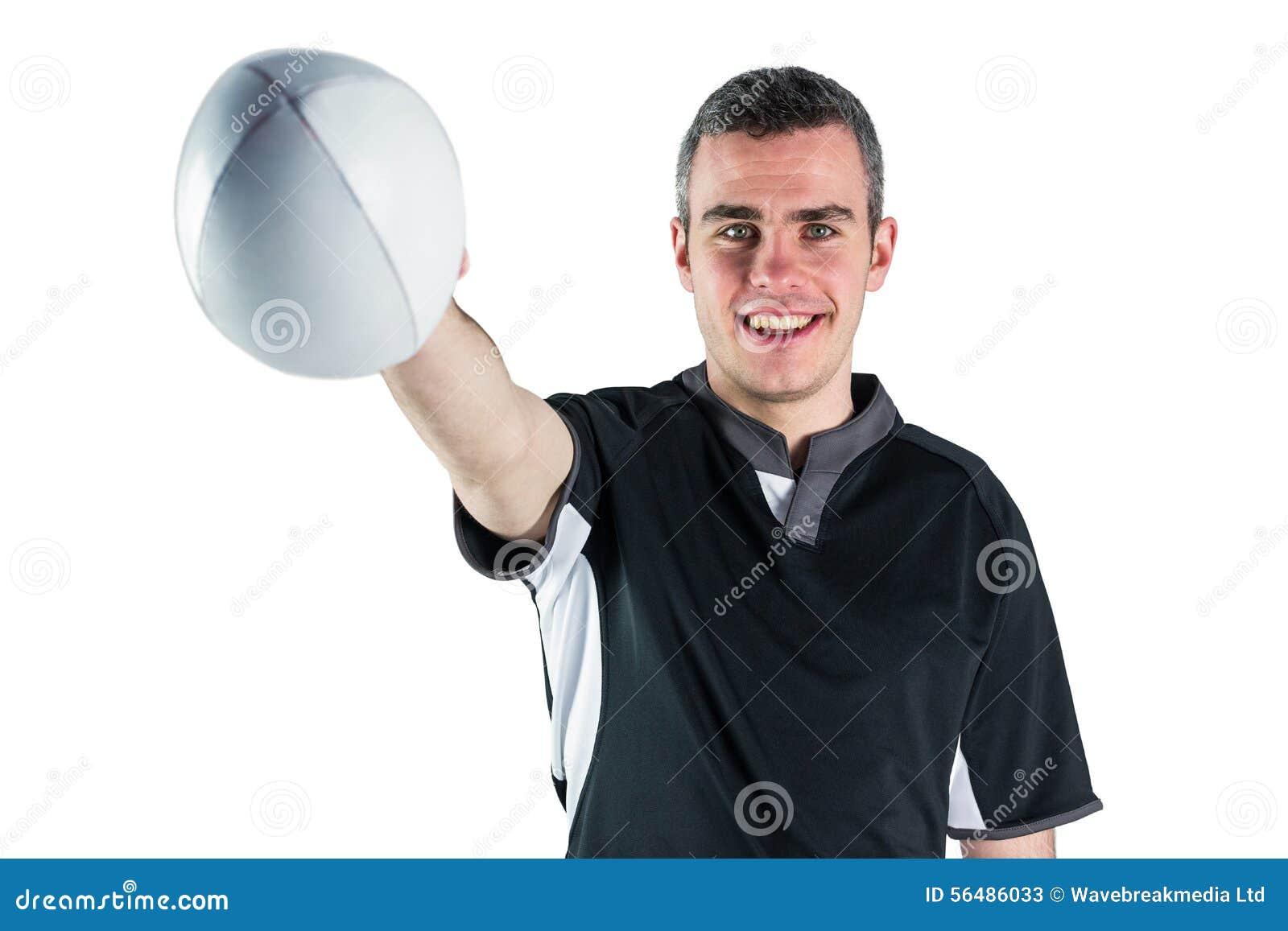 Joueur de rugby remettant une boule de rugby