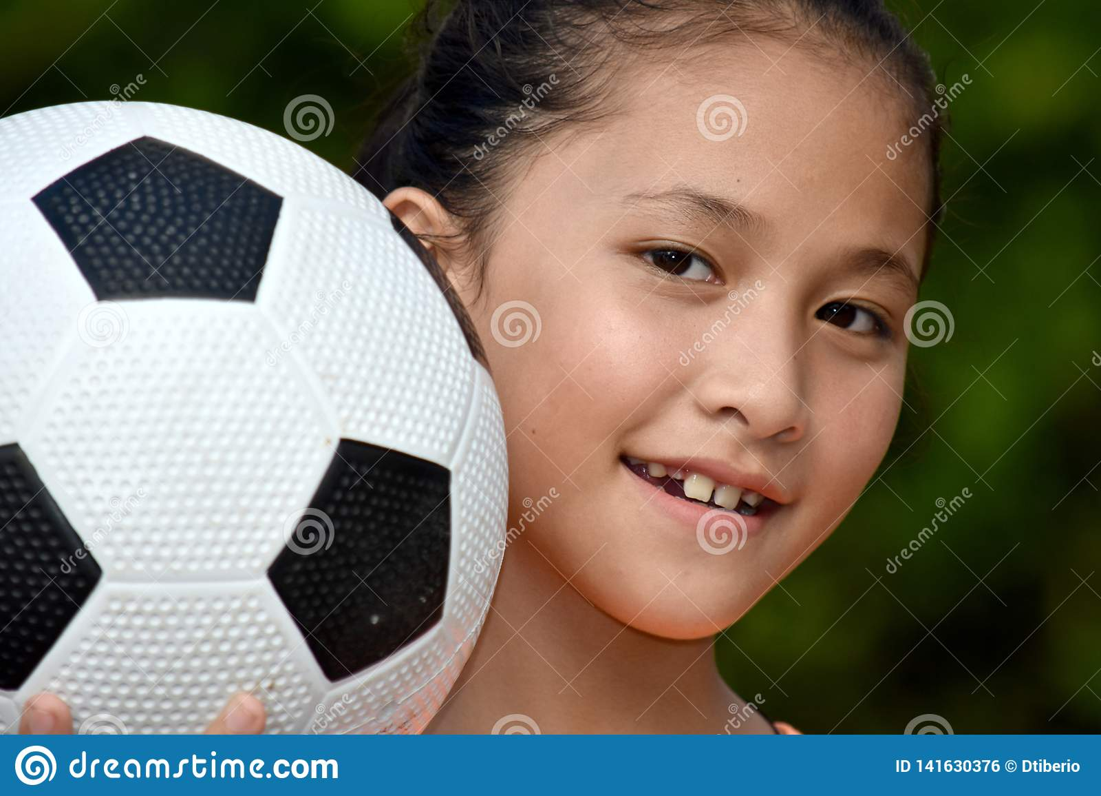 Joueur de sourire de Filipina Teen Athlete Female Soccer avec du ballon de football