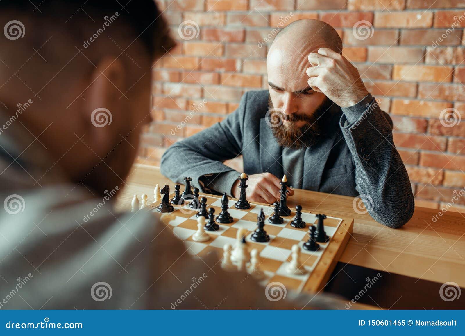 Joueurs d échecs masculins jouant, processus de pensée
