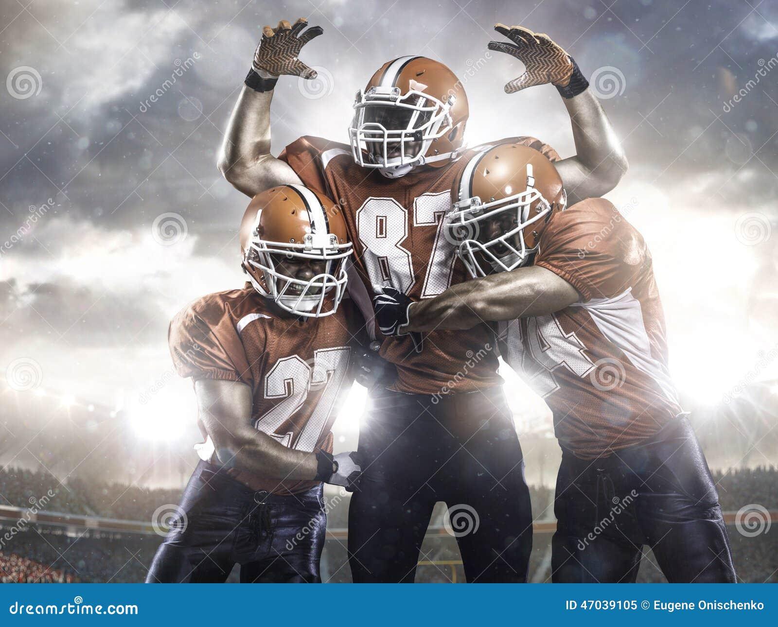 joueurs de football am u00e9ricain dans l u0026 39 action sur le stade photo stock