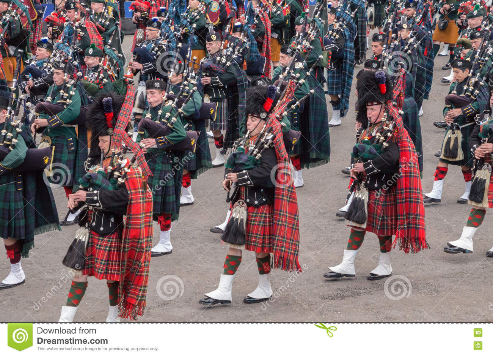 Joueurs de pipeau des montagnes écossais de marche