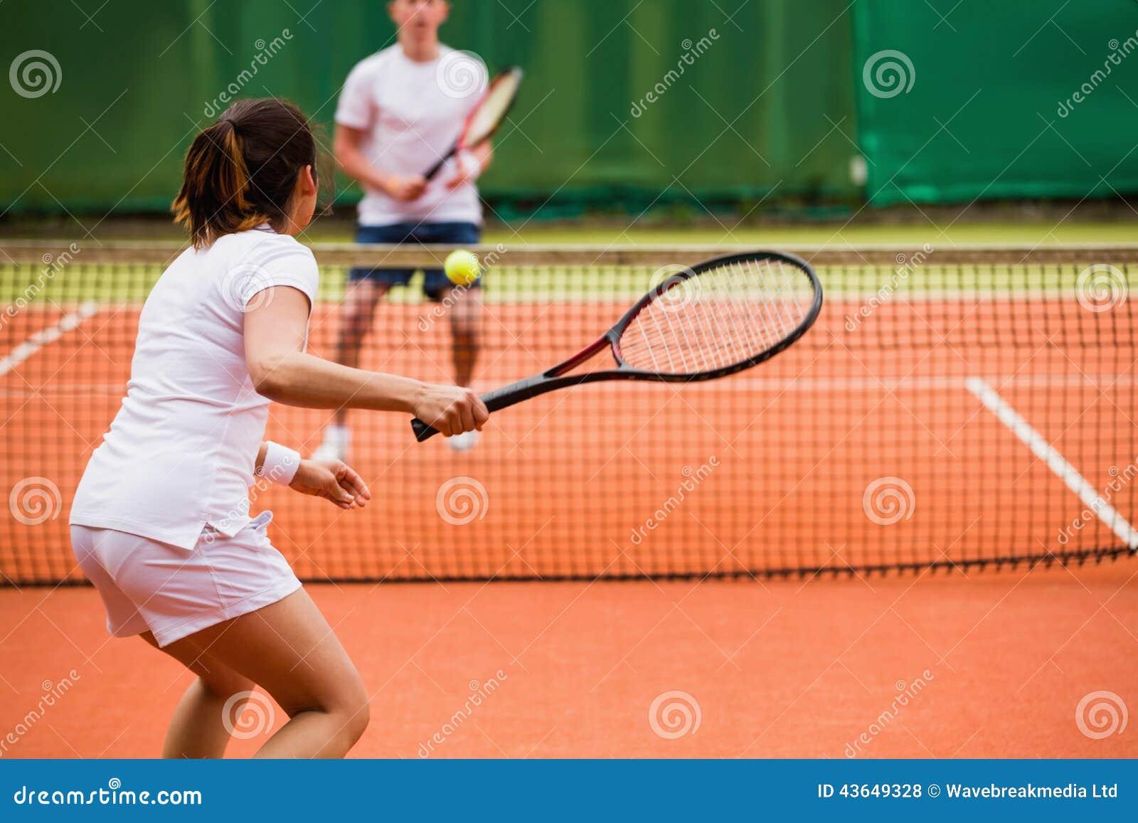 Joueurs de tennis jouant un match sur la cour